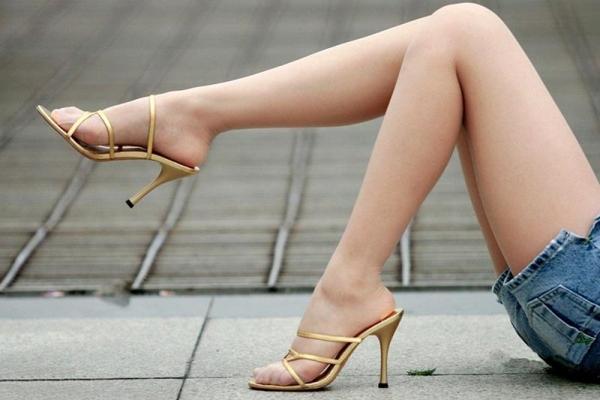 足首がキュッと細く締まった綺麗な脚のエロ画像60枚の039枚目