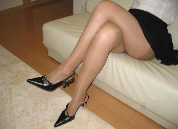 足首がキュッと細く締まった綺麗な脚のエロ画像60枚の057枚目