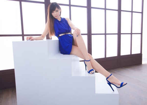足を組む女のエロ画像 綺麗な脚を重ねて座る美女50枚の002枚目