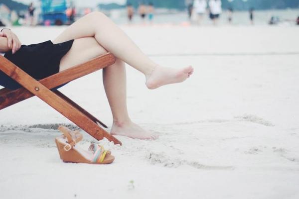 足を組む女のエロ画像 綺麗な脚を重ねて座る美女50枚の003枚目