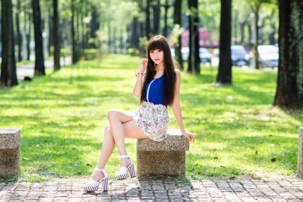 足を組む女のエロ画像 綺麗な脚を重ねて座る美女50枚の004枚目
