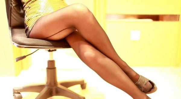 足を組む女のエロ画像 綺麗な脚を重ねて座る美女50枚の012枚目