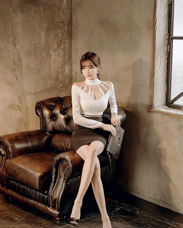 足を組む女のエロ画像 綺麗な脚を重ねて座る美女50枚の014枚目