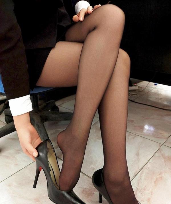足を組む女のエロ画像 綺麗な脚を重ねて座る美女50枚の017枚目