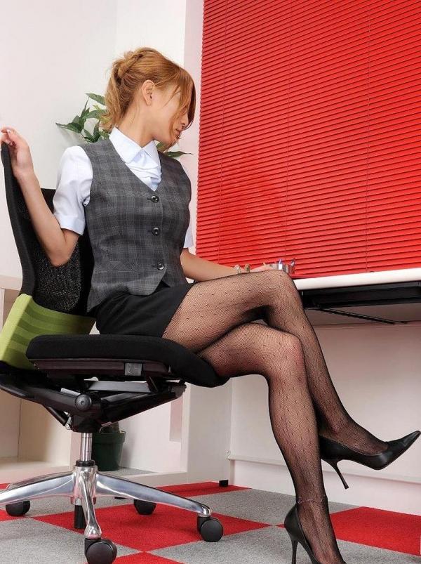 足を組む女のエロ画像 綺麗な脚を重ねて座る美女50枚の018枚目