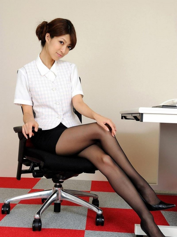 足を組む女のエロ画像 綺麗な脚を重ねて座る美女50枚の019枚目