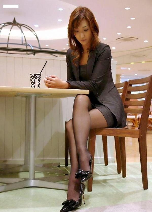 足を組む女のエロ画像 綺麗な脚を重ねて座る美女50枚の026枚目