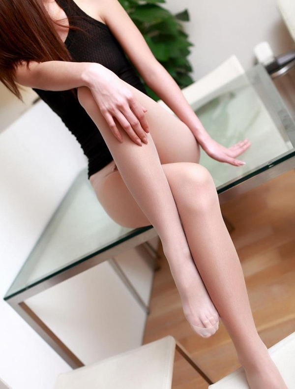 足を組む女のエロ画像 綺麗な脚を重ねて座る美女50枚の034枚目