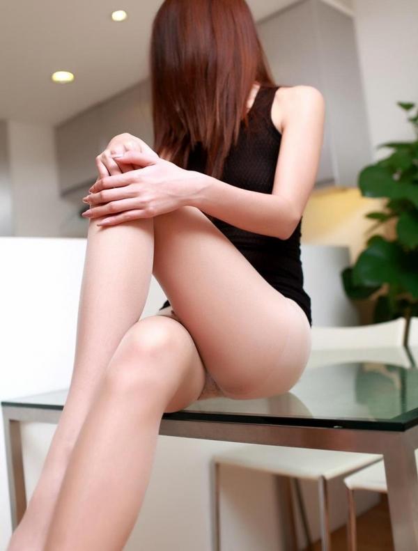 足を組む女のエロ画像 綺麗な脚を重ねて座る美女50枚の035枚目