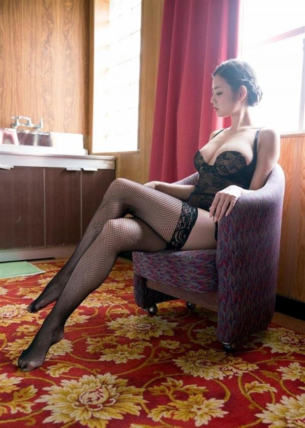 足を組む女のエロ画像 綺麗な脚を重ねて座る美女50枚の036枚目