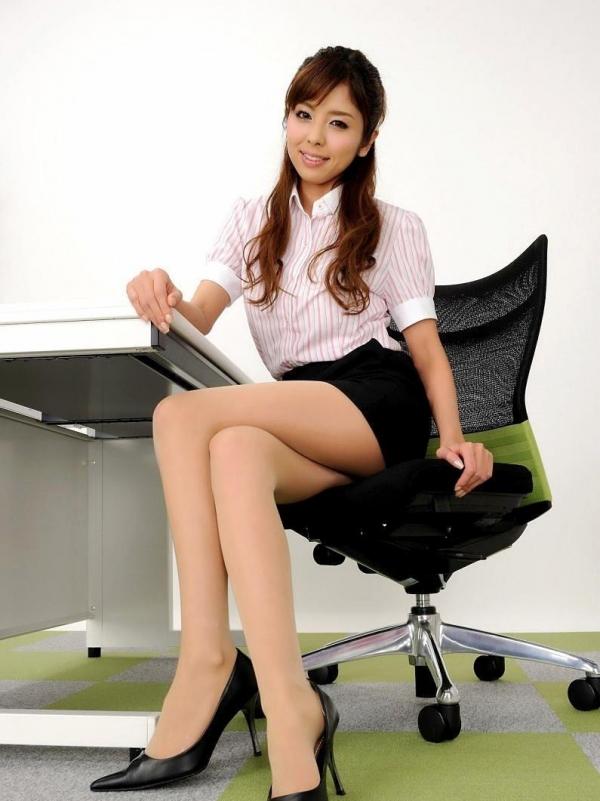 足を組む女のエロ画像 綺麗な脚を重ねて座る美女50枚の037枚目