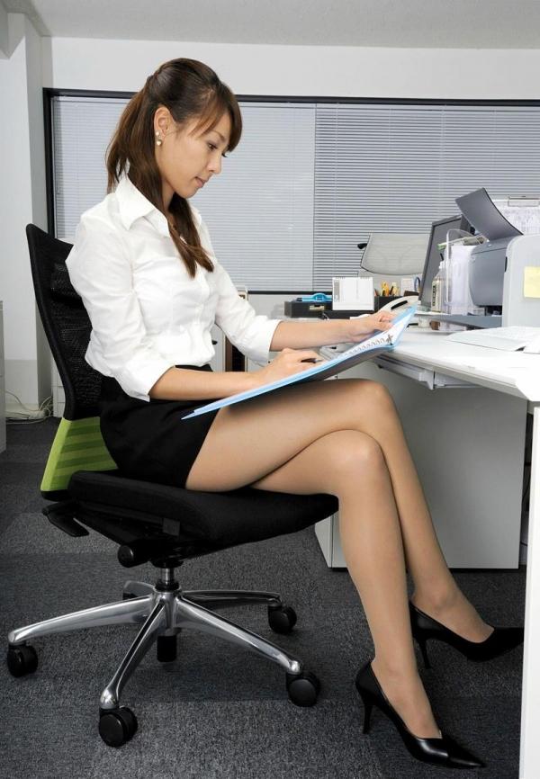 足を組む女のエロ画像 綺麗な脚を重ねて座る美女50枚の038枚目