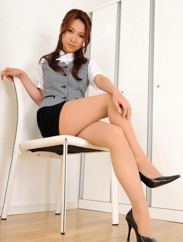 足を組む女のエロ画像 綺麗な脚を重ねて座る美女50枚の039枚目