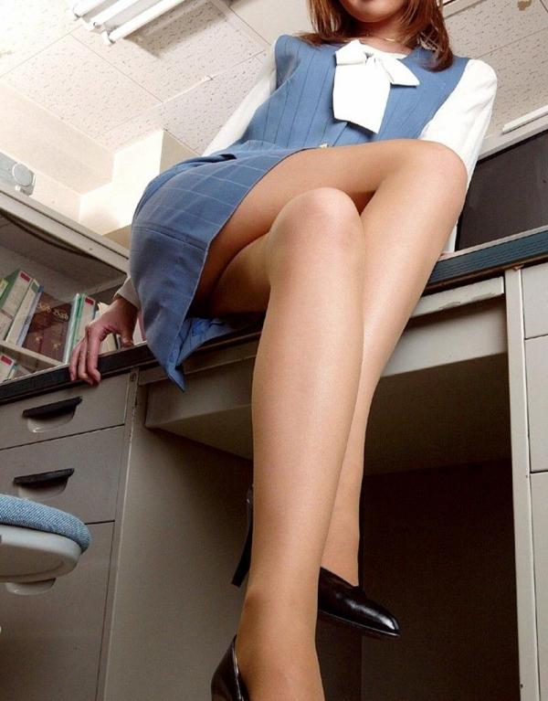 足を組む女のエロ画像 綺麗な脚を重ねて座る美女50枚の041枚目