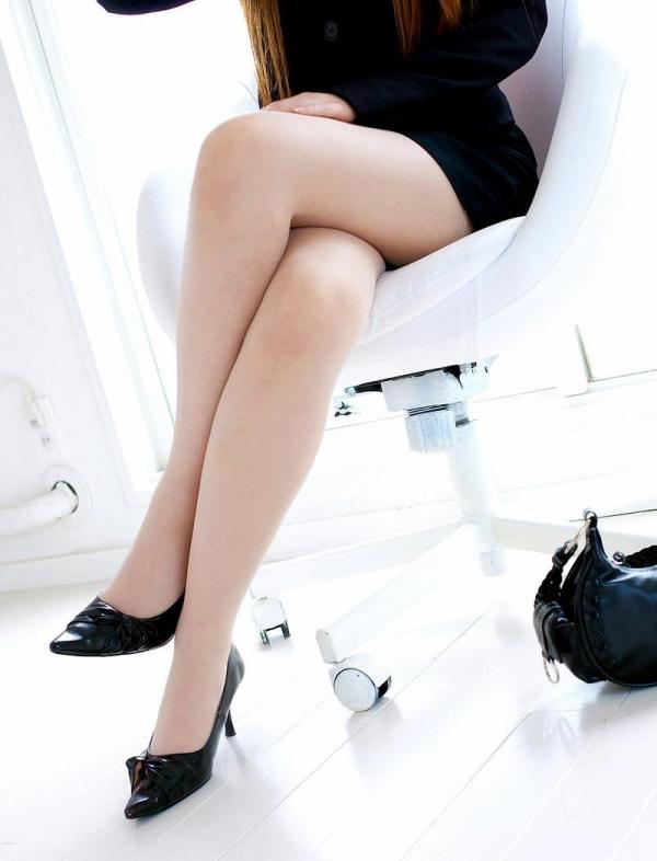足を組む女のエロ画像 綺麗な脚を重ねて座る美女50枚の2