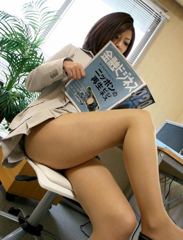 足を組む女のエロ画像 綺麗な脚を重ねて座る美女50枚の043枚目