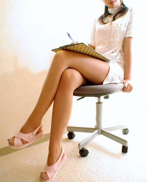 足を組む女のエロ画像 綺麗な脚を重ねて座る美女50枚の045枚目