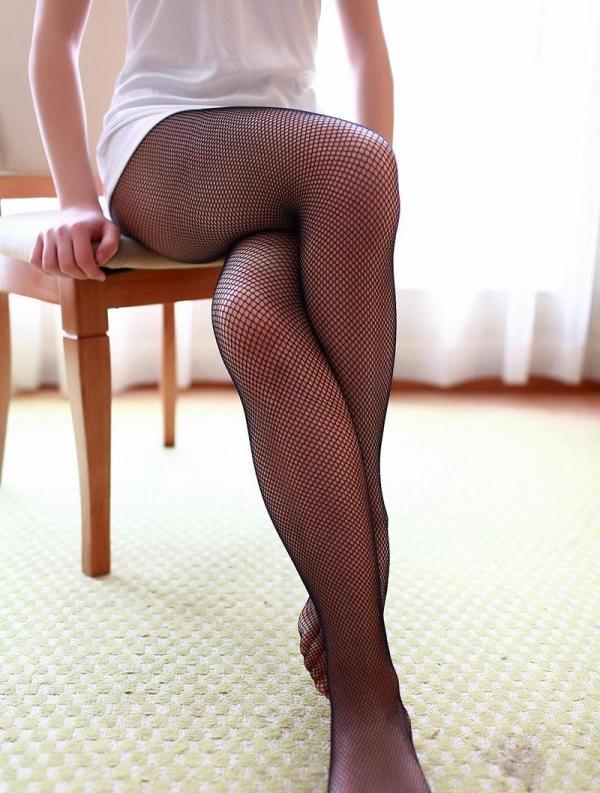 足を組む女のエロ画像 綺麗な脚を重ねて座る美女50枚の047枚目