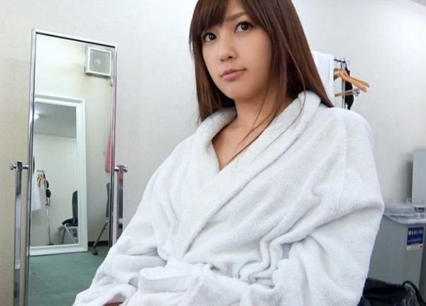 AV女優が撮影現場でバスローブを着てる画像40枚の11枚目