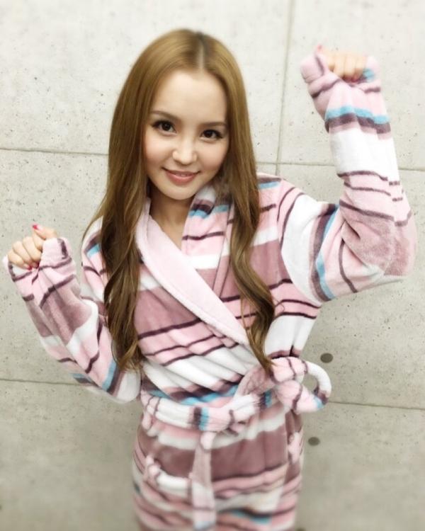 AV女優が撮影現場でバスローブを着てる画像40枚の17枚目