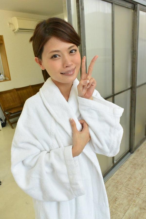 AV女優が撮影現場でバスローブを着てる画像40枚の22枚目