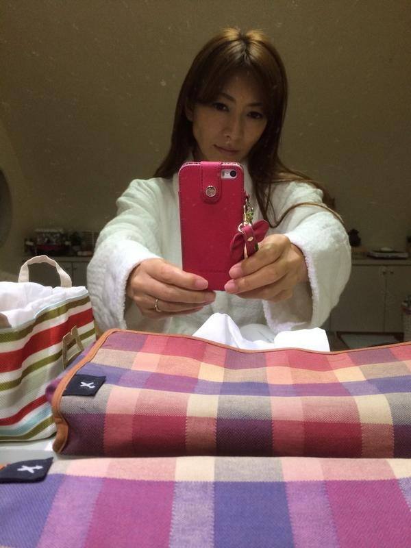 AV女優が撮影現場でバスローブを着てる画像40枚の27枚目