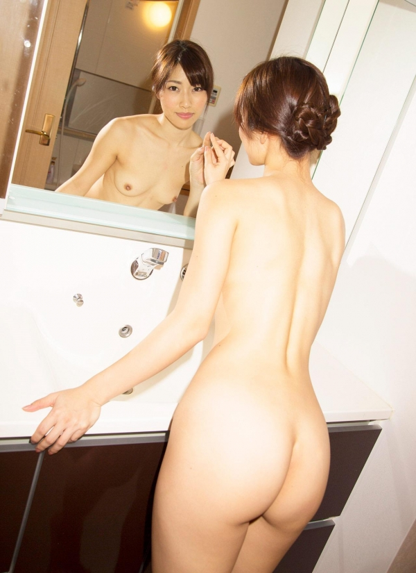 お尻が綺麗でスタイル抜群なAV女優のヌード画像100枚の027枚目