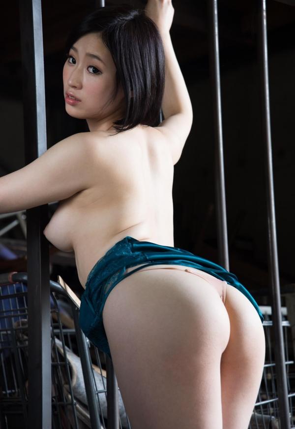 お尻が綺麗でスタイル抜群なAV女優のヌード画像100枚の028枚目