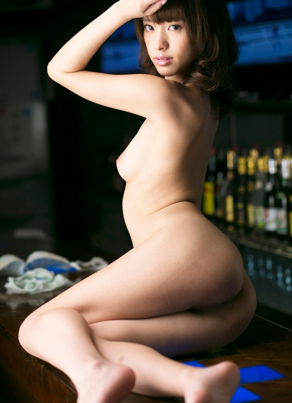 お尻が綺麗でスタイル抜群なAV女優のヌード画像100枚の065枚目