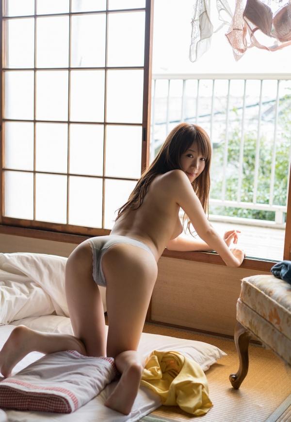 お尻が綺麗でスタイル抜群なAV女優のヌード画像100枚の068枚目