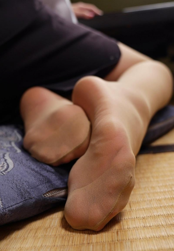 ベージュバンストを穿くOLの脚のエロ画像82枚の07枚目