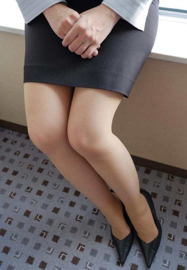 ベージュバンストを穿くOLの脚のエロ画像82枚の09枚目