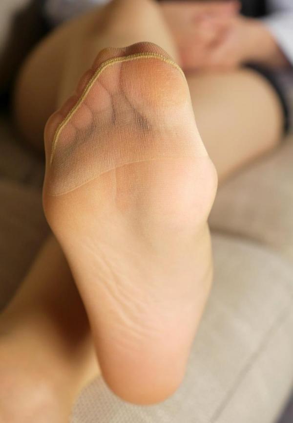 ベージュバンストを穿くOLの脚のエロ画像82枚の10枚目