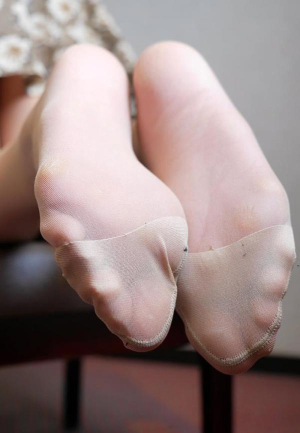 ベージュバンストを穿くOLの脚のエロ画像82枚の28枚目
