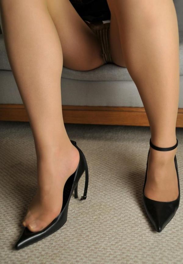 ベージュバンストを穿くOLの脚のエロ画像82枚の61枚目