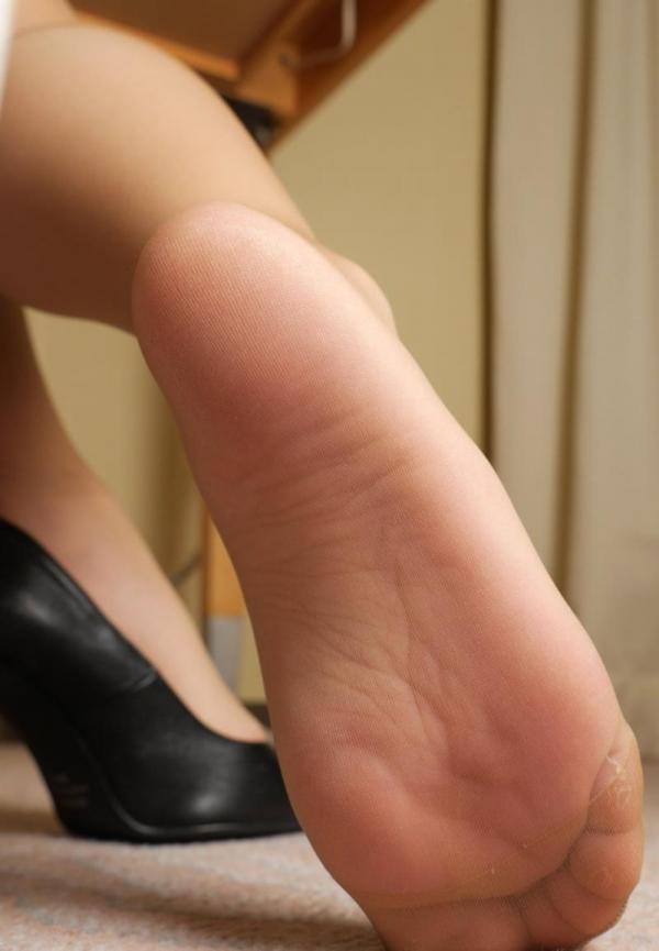 ベージュバンストを穿くOLの脚のエロ画像82枚の62枚目
