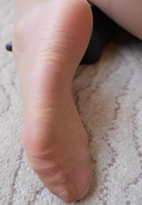 ベージュバンストを穿くOLの脚のエロ画像82枚の73枚目