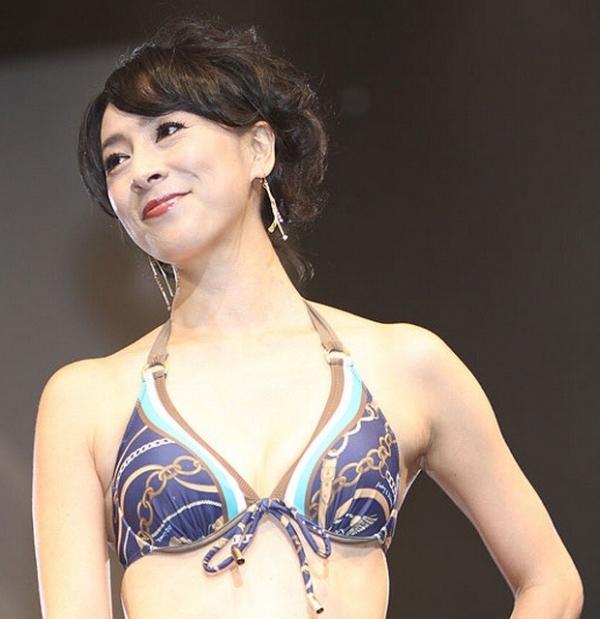 美魔女コンテストエロ画像 細身な美熟女の水着姿55枚の003枚目
