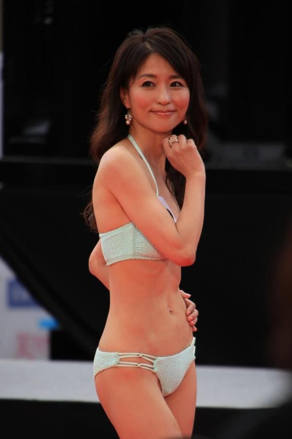 美魔女コンテストエロ画像 細身な美熟女の水着姿55枚の012枚目
