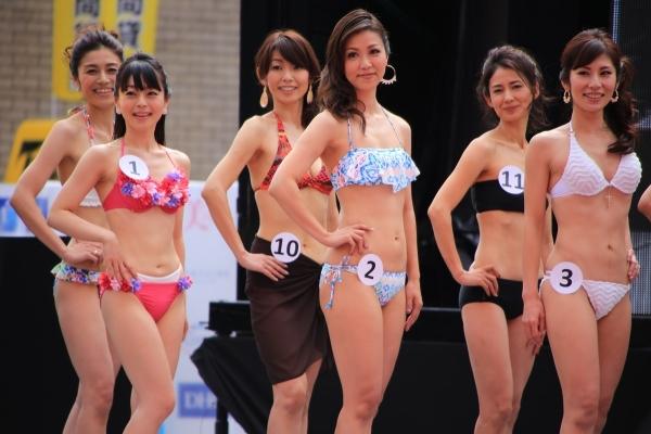 美魔女コンテストエロ画像 細身な美熟女の水着姿55枚の1