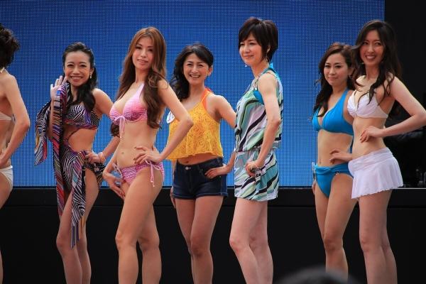 美魔女コンテストエロ画像 細身な美熟女の水着姿55枚の016枚目