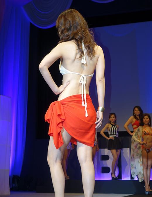 美魔女コンテストエロ画像 細身な美熟女の水着姿55枚の041枚目
