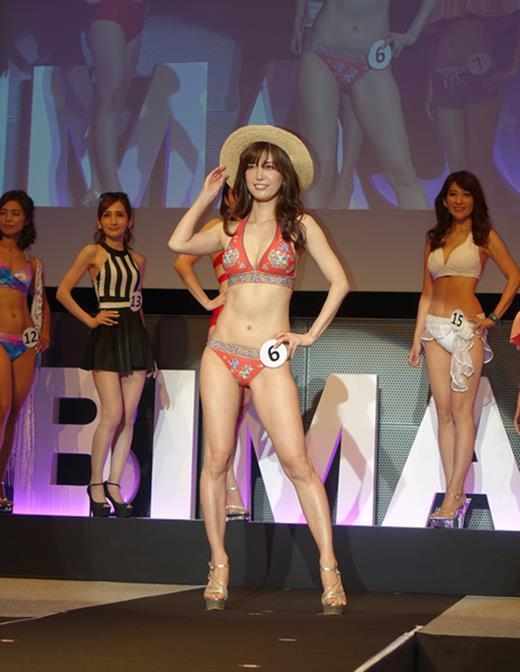 美魔女コンテストエロ画像 細身な美熟女の水着姿55枚の042枚目