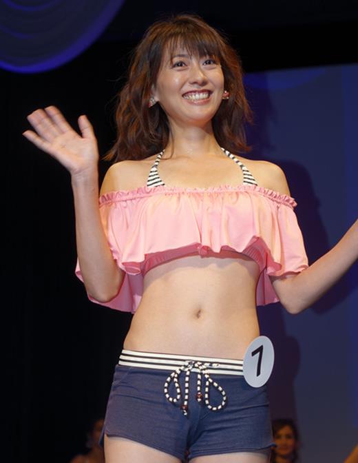 美魔女コンテストエロ画像 細身な美熟女の水着姿55枚の044枚目