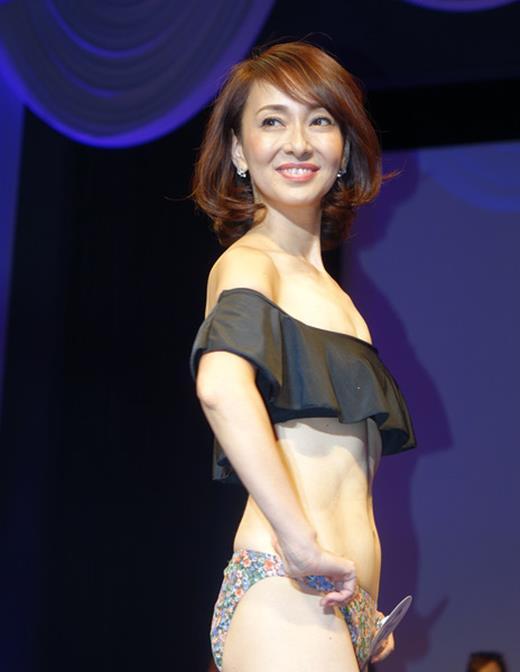 美魔女コンテストエロ画像 細身な美熟女の水着姿55枚の045枚目