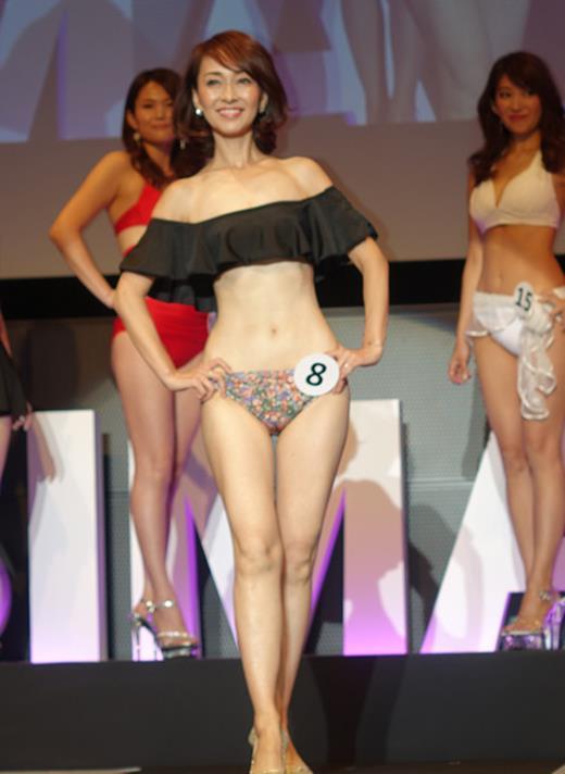 美魔女コンテストエロ画像 細身な美熟女の水着姿55枚の046枚目