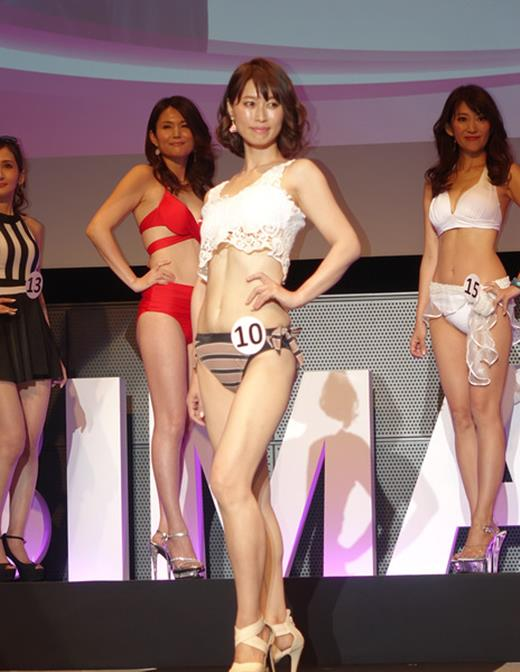 美魔女コンテストエロ画像 細身な美熟女の水着姿55枚の047枚目
