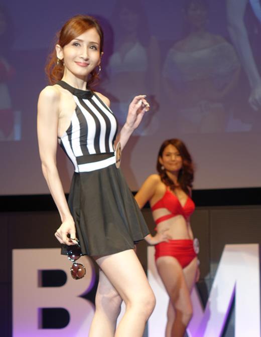 美魔女コンテストエロ画像 細身な美熟女の水着姿55枚の049枚目