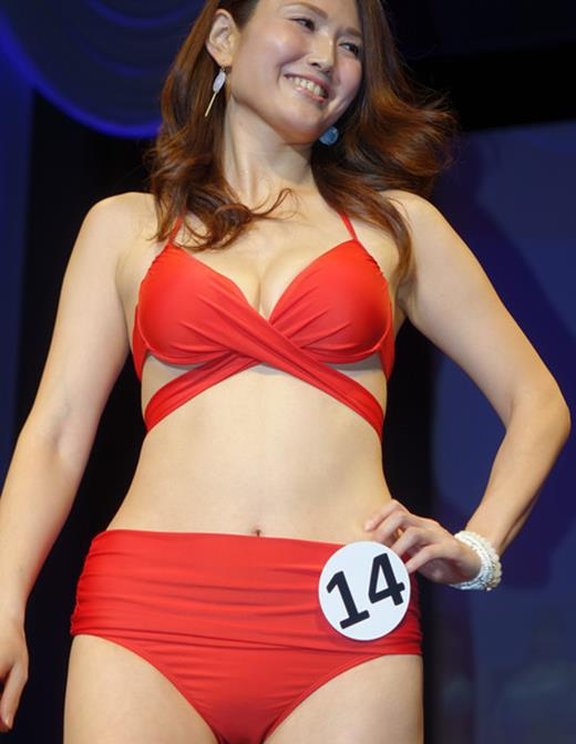 美魔女コンテストエロ画像 細身な美熟女の水着姿55枚の051枚目