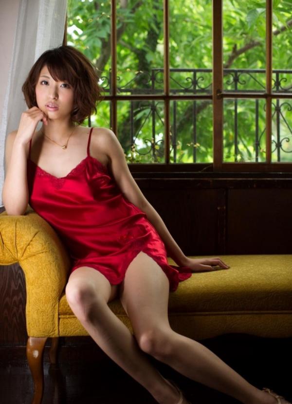 キャミソールを着た色っぽい美女達のエロ画像80枚の60枚目